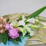 カラーとシャクヤクの花束