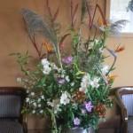 オクラとクジャクソウ、アルストロメリアの生け込みの花