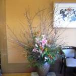 寒桜とアルストロメリアを使った生け込みの花