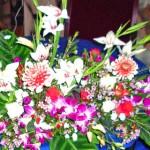 早咲きグラジオラスとワックスフラワー、デンファレを使ったテーブルアレンジメント