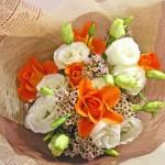 ワックスフラワーとバラの花束