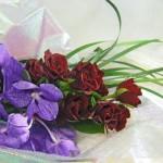 バラとバンダの花束
