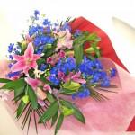 デルフィニウムと百合の花束