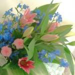 デルフィニウムとアザミの花束