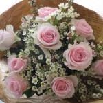 バラとワックスフラワーの花束〜Pure