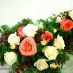 バラとツルバラの実のテーブル装花