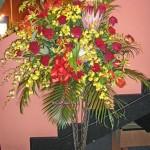 バラとキングプロテアのスタンド装花
