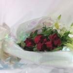 鉄砲百合とバラの花束