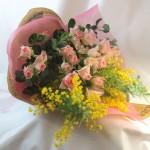 バラとミモザの花束