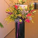 カンガルーポーとオンシジウムを使ったお祝いのスタンド花