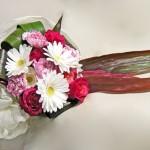 ガーベラとバラの花束