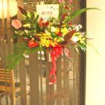 アンスリウムとコスモスのスタンド装花