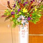 スカシユリとデルフィニウムのスタンド装花
