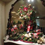 モミのリースとクリスマスディスプレイ