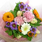 金盞花(キンセンカ)とリューココリーネの花束