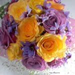 バラとリューココリーネの花束