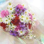 マーガレットとリューココリーネの花束