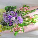 花菖蒲とリューココリーネの花束