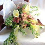コデマリとカラーの花束