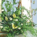 コデマリを使った葬儀場お迎えの花