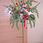 コデマリとバラのスタンド装花