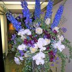 デルフィニウムとコデマリのスタンド装花