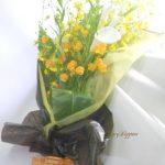 サンダーソニアとカラーの花束