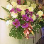 カトレアとダリアのスタンド装花