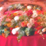ユーカリとバラのテーブルアレンジ