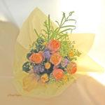 アゲラタムとバラの花束