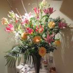 グロリオーサとバラのアレンジメント