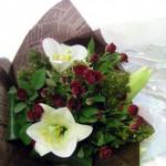 テッポウ百合とミニバラを使った花束