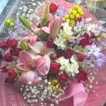 水仙とミニバラを使った花束