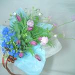 紫のチューリップとデルフィニウムを使った花束