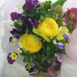 ラナンキュラスとヴィオラを使った花束