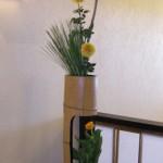 松とキンセンカのアレンジメント