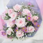 ピンクのミヤコワスレとバラの花束
