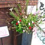 桃とユキヤナギのスタンド装花