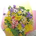 アゲラタムとイエローサルタンの花束
