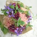 カーネーションとハーブの花束