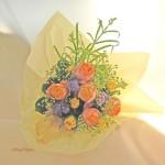オレンジのバラとアゲラタムの花束