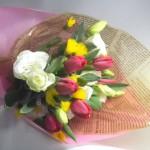 チューリップとイエローサルタンの花束