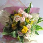 マリーゴールドとバラの花束