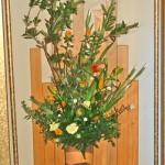 白ショウブと紅花のアレンジ