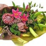 キングプロテアとワックスフラワーの花束