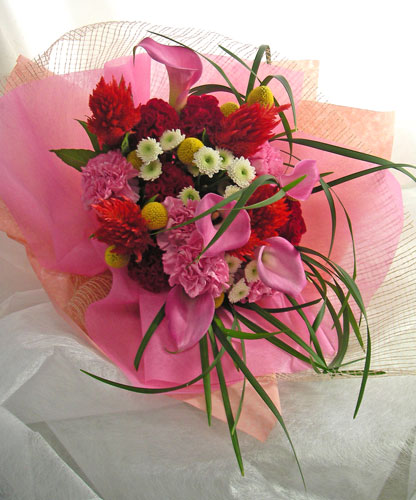 カラーとクラスペディアを使った花束
