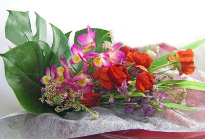 春咲きグラジオラスとラナンキュラスを使った花束