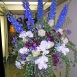 コチョウランとデルフィニウムのスタンド装花