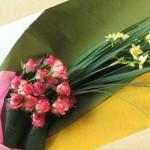 日本水仙とミニバラの花束