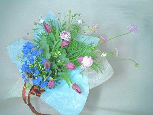 ブルーレースフラワーと紫のチューリップを使った花束